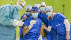 Prevratné vnútroočné šošovky implantuje očný chirurg bez dotyku ľudskej ruky