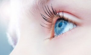 www. pluska.sk: Keď kvapky nefungujú: Umelá náhrada sĺz pre červené oči. Stačí vám?