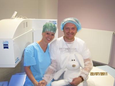 MUDr. Kristína Vodičková se svým pacientem očním chirurgem dr. Kolářem